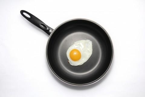 514テフロン加工のフライパンは人気がある一方で人体に危険が!?のサムネイル画像